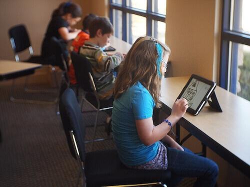 Дети за планшетом